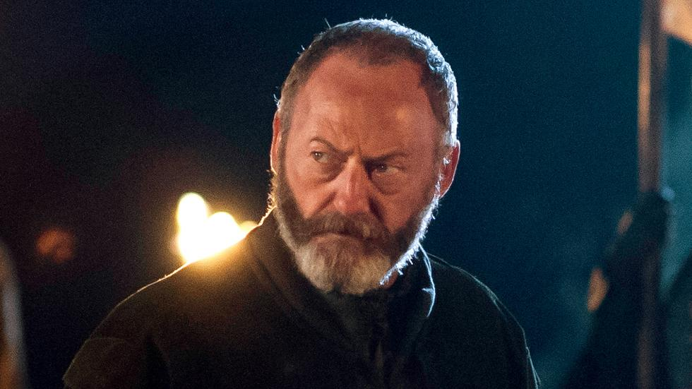 En la serie no se menciona que Davos Seaworth tiene siete hijos en total. Sólo uno: el que muere en la batalla del Aguasnegras.