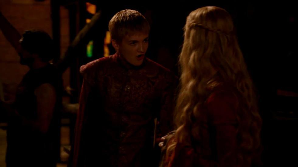 En los libros Cersei jamás abofetea a Joffrey.