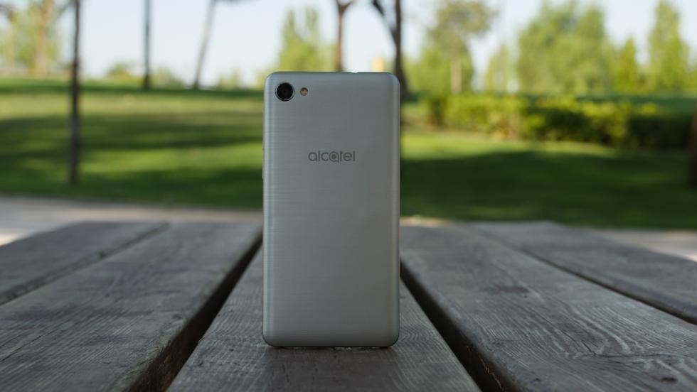 Diseño del Alcatel A5 LED: Fotos del móvil con carcasa de colores