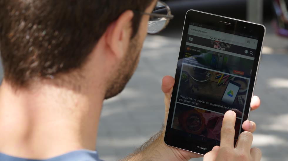 La Huawei MediaPad T3 8.0 se puede sostener con una mano.