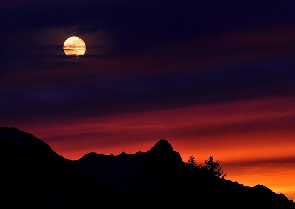 La Luna tarda unos 27 días en completar una órbita en torno a la Tierra, no un día. Por eso varía poco a poco en sus fases.