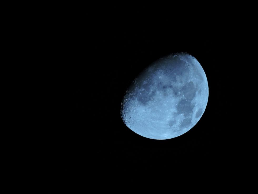 La Luna no tiene lado oscuro. Gira sobre sí misma mientras orbita la Tierra, y eso hace que vaya mostrando distintas partes de su esfera según el día y la hora.