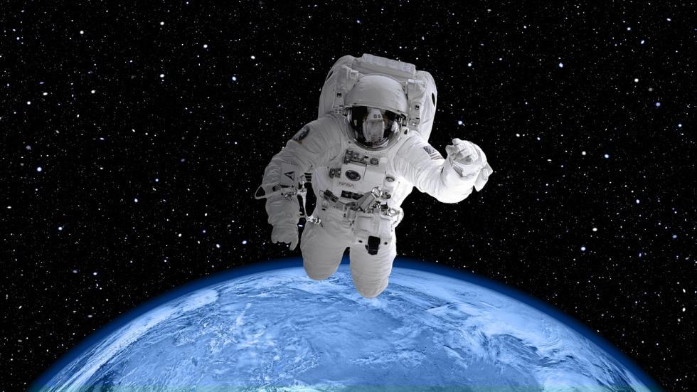 En el espacio sí hay gravedad, aunque muy poca como para atraer de forma contundente objetos pequeños. De hecho, es lo que mantiene a los planetas en su órbita.