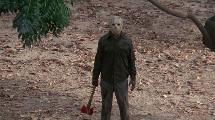 Máscaras de Jason venden en prácticamente cualquier tienda de disfraces a precio de saldo. Combinan con cualquier ropa, incluso la de abrigo.