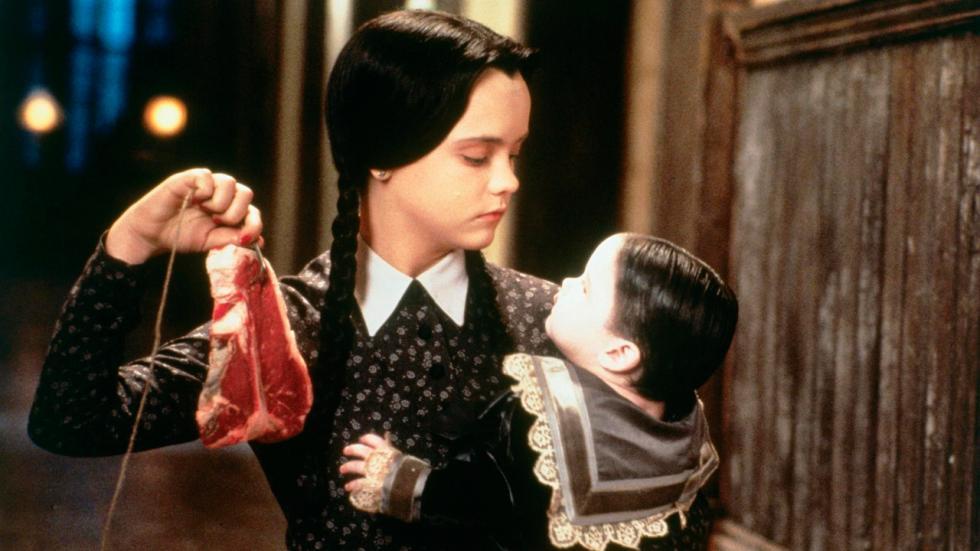 Un disfraz tremendamente fácil y barato para chicas, aunque sólo los que hayan visto la Familia Addams lo entenderán.