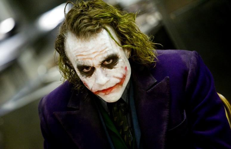 Los materiales para el maquillaje del Joker son similares a los del payao Pennywise, pero en este caso si tomas como referencia el personaje de Heath Ledger procura dejar partes emborronadas, como puedes ver en la imagen. ¡Y no olvides el spray en el pelo!