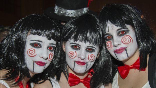 Otra idea de maquillaje para Halloween 2017 que es fácil y rápida de hacer es caracterizarte como Billy, el justiero de Saw. Si además lo puedes completar con unas lentillas rojas, el efecto puede ser verdaderamente terrorífico.