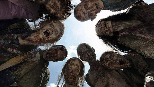 El disfraz de zombi es la estrella de Halloween, y la clave para dar miedo de verdad, además de los movimientos, está en el maquillaje. Referencias no te faltan: ponte un capítulo de The Walking Dead y elige uno de los caminantes que aparezcan para inspirarte.