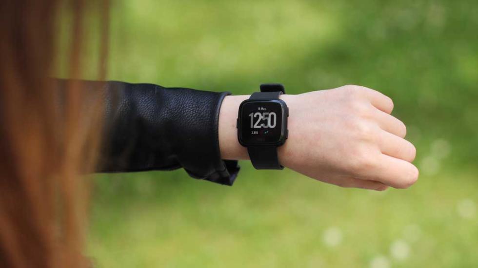 Fitbit Versa en la mano